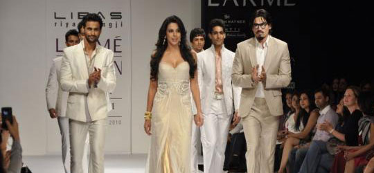 Catwalk of Pooja Bedi on Ramp