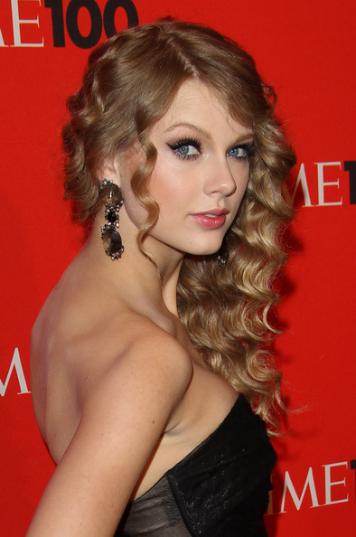 How To Do Taylor Swift Curls. Taylor Swift Pinned Up