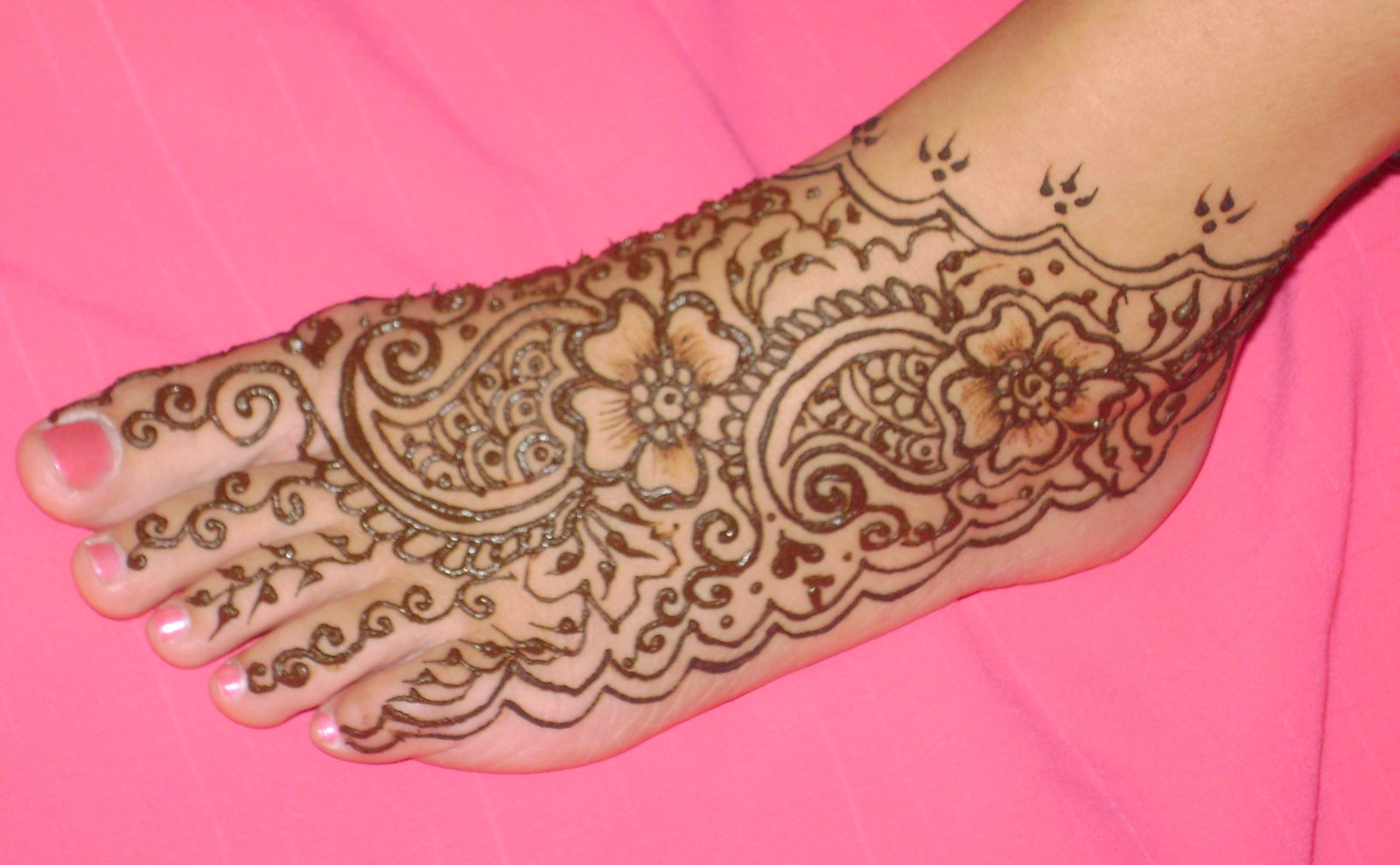 Simple Mehndi Henna Designs Legs : Traditional and simple round mehndi designs