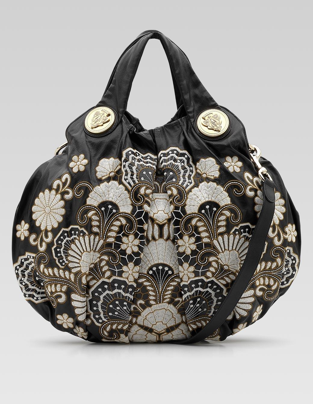 В сочетании с кожей, сумочки из меха смотрятся очень стильно и по сезону...