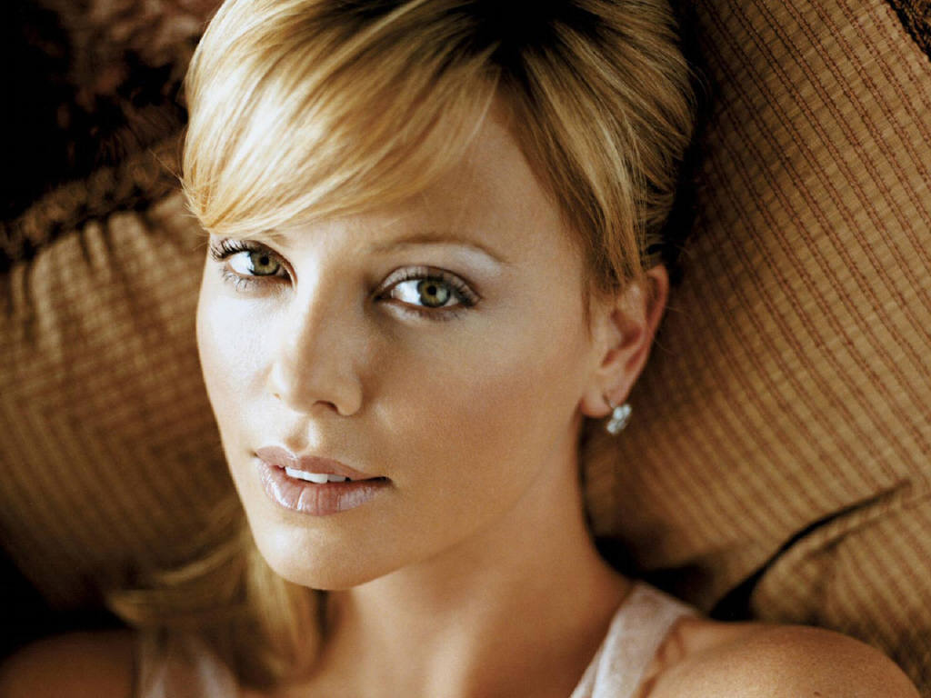 20 Sizzling Pictures of Actress Charlize Theron