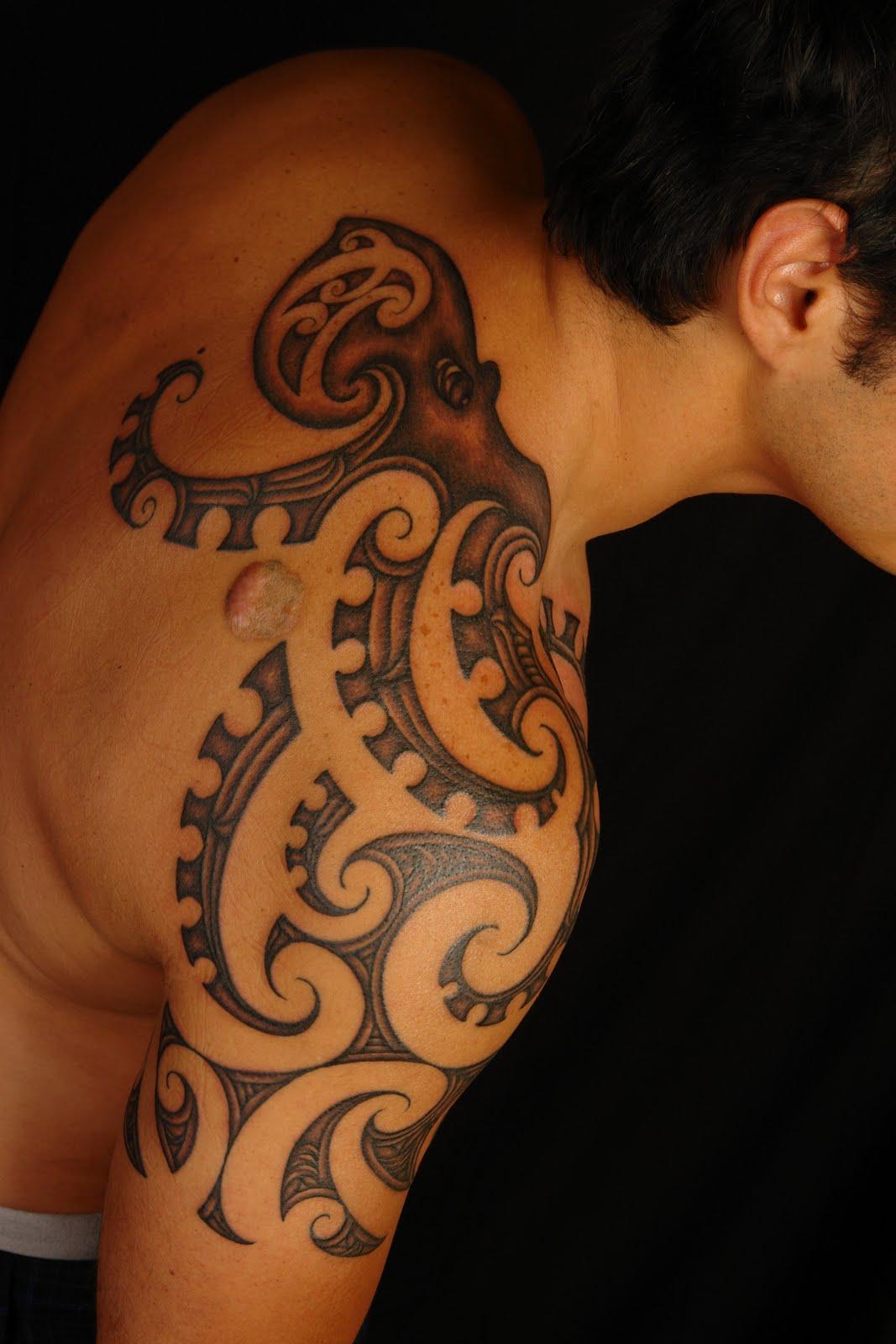 Interesting maori tattoo designs for 2011 maori tattoo trend - Tatouage homme epaule tribal ...