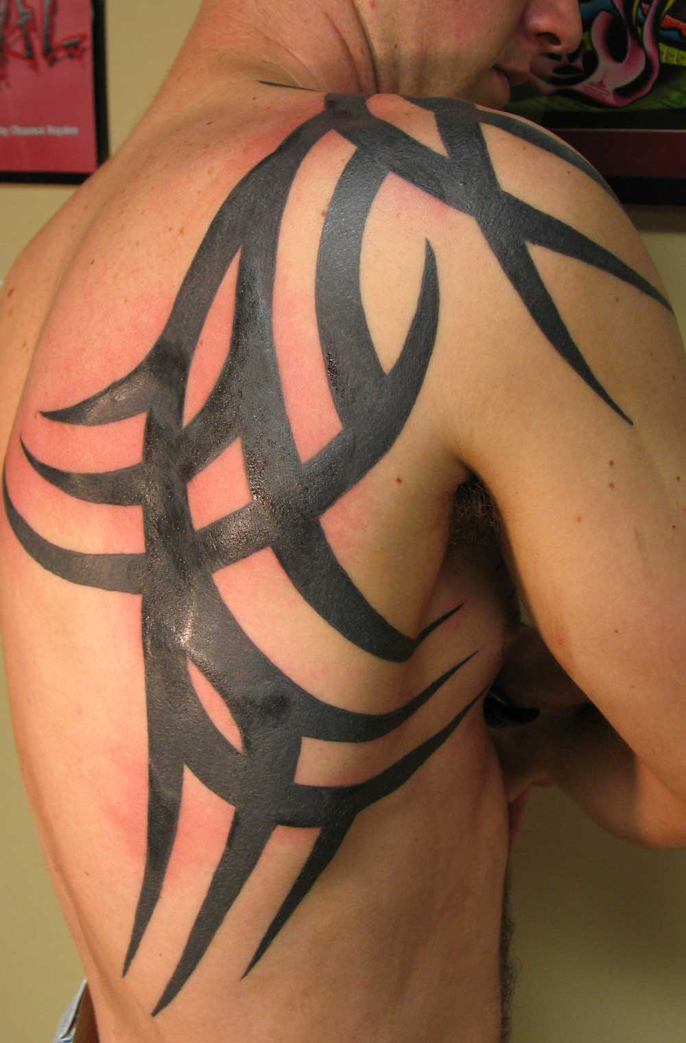 shoulder tribal tattoo 2011 design for guys. Black Bedroom Furniture Sets. Home Design Ideas