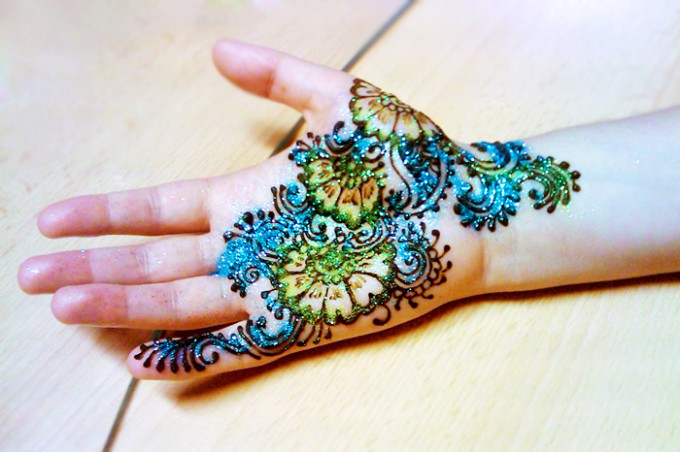 10 Outstanding Glitter Mehndi Designs for Summer 2014